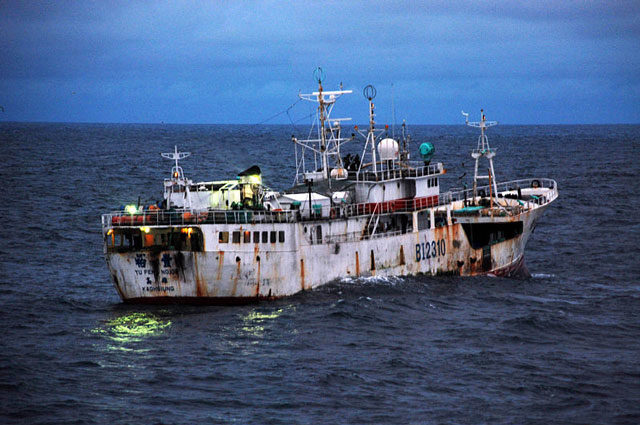 Taiwanese-flagged fishing vessel suspected of illegal fishing activity, moves through the water - Source :US Navy, Wikipedia